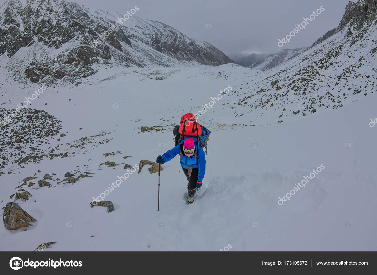 Klettergurt Und Helm : Weibliche bergsteiger mit rucksack helm und klettergurt
