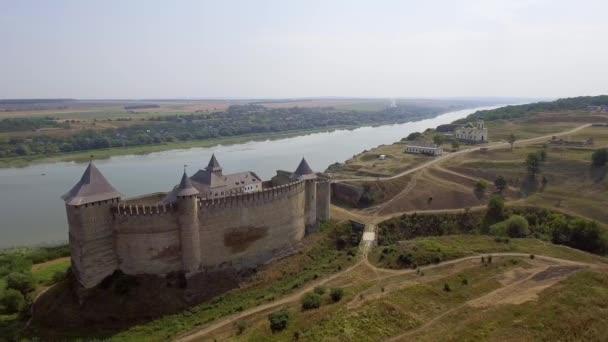 A légi felvétel a Chocimi középkori vár a zöld hegy felett a folyó.