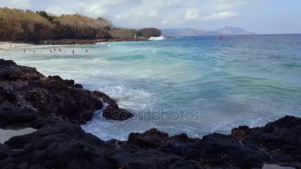 Obrovská vlna narazí skály. Vlny nárazu skály na tropické pláži tvořící tvar splash. Mocné vlny na kamenité pláži. Sopečná láva na pobřeží Indického oceánu