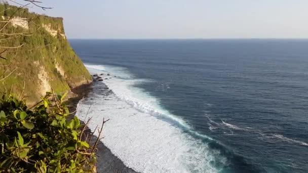 Krásné vlny oceánu poblíž rocky mountain