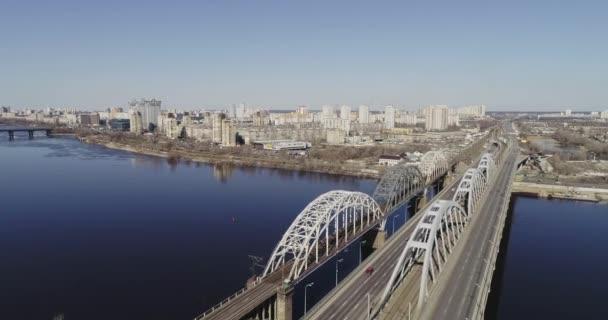 Kyjev, Ukrajina - 07 dubna 2018: Letecký pohled na městském provozu na mostě. Darnitskiy most, Kyjev, Ukrajina