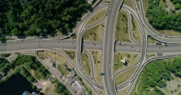 Luftaufnahme eines Stadtverkehrs auf der Brücke.
