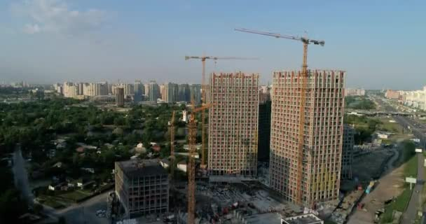Letecký pohled na krajinu v městě s podle konstrukce budov a průmyslové jeřáby.