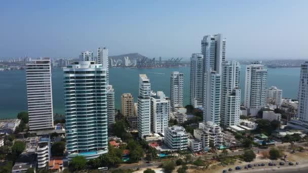 Letecký pohled na moderní a průmyslové město v Latinské Americe. Pohled na přístav z prestižní čtvrti Castillogrande v Cartageně, Kolumbie. Svislá část zleva doprava.