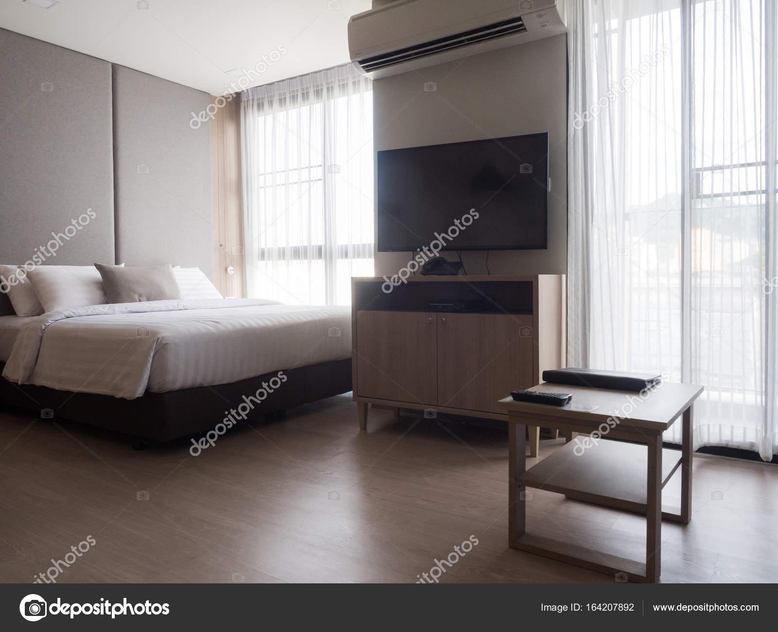 interieur van gezellige slaapkamer in moderne designlow verlichting en lens stockfoto