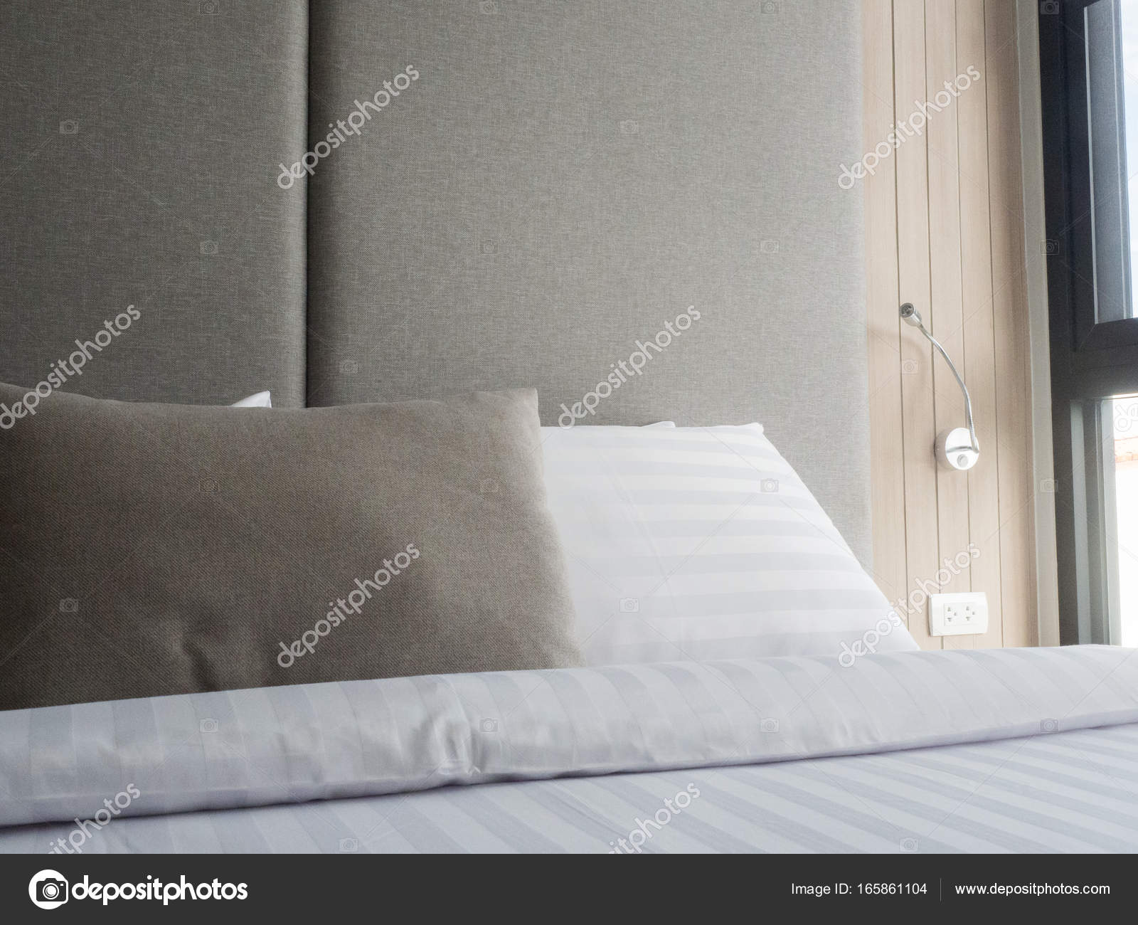 Interno della camera da letto accogliente in moderna design low
