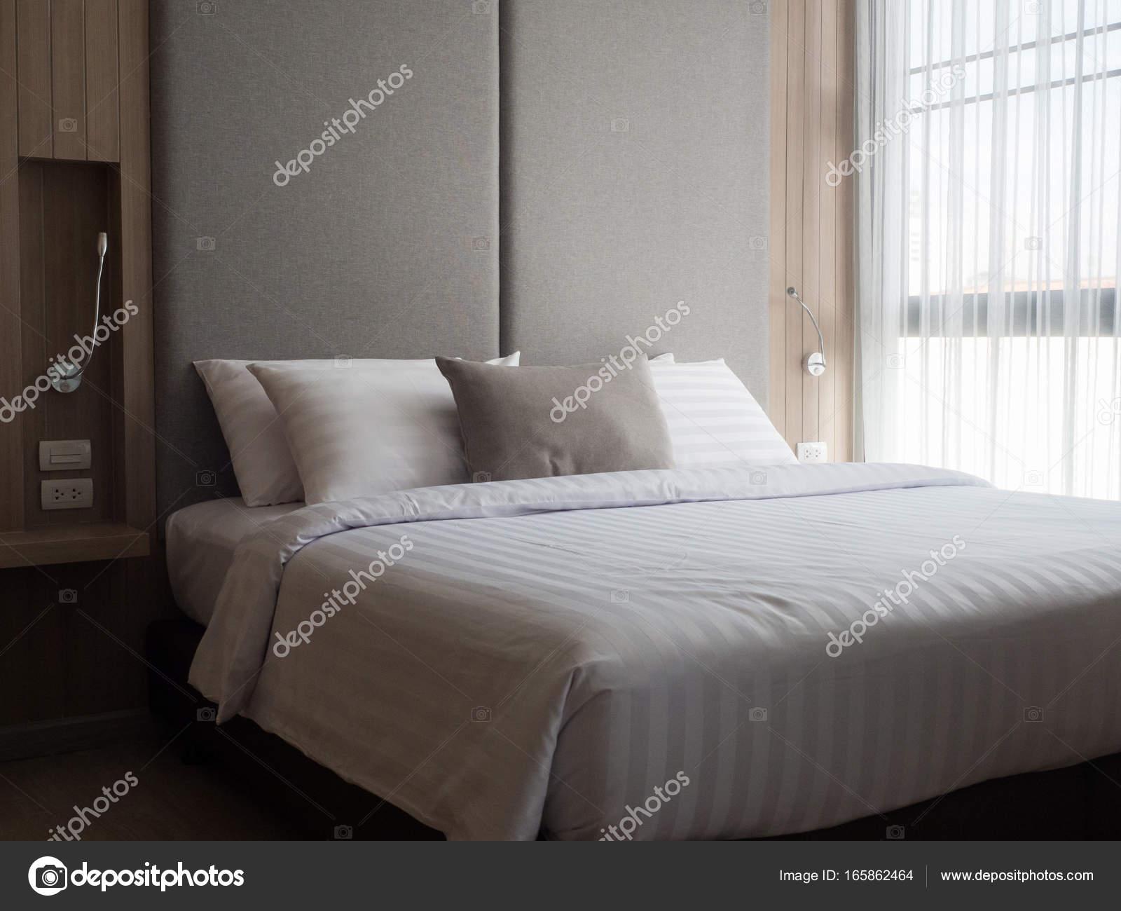 Interieur van gezellige slaapkamer in moderne design.low verlichting ...