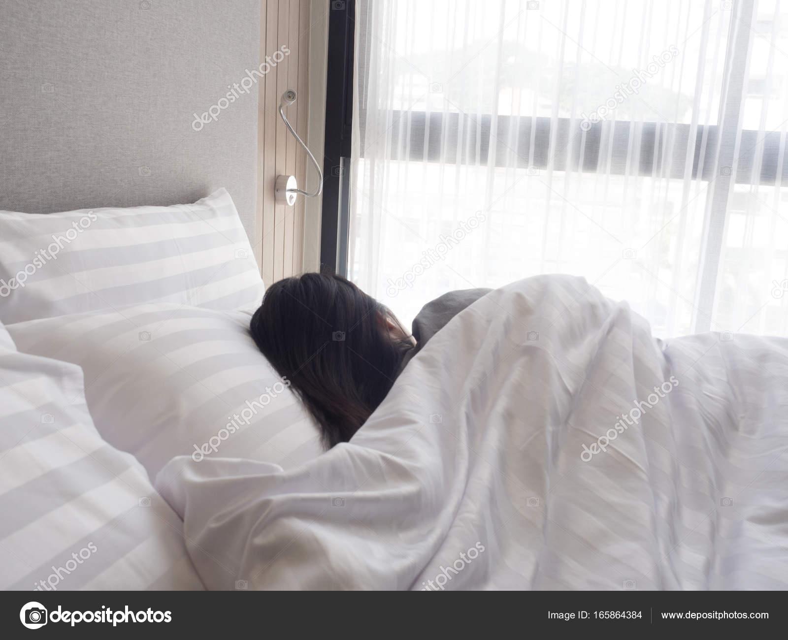 Стянул одеяло с сестры, Сводный брат забрался в постель к спящей сестре 19 фотография