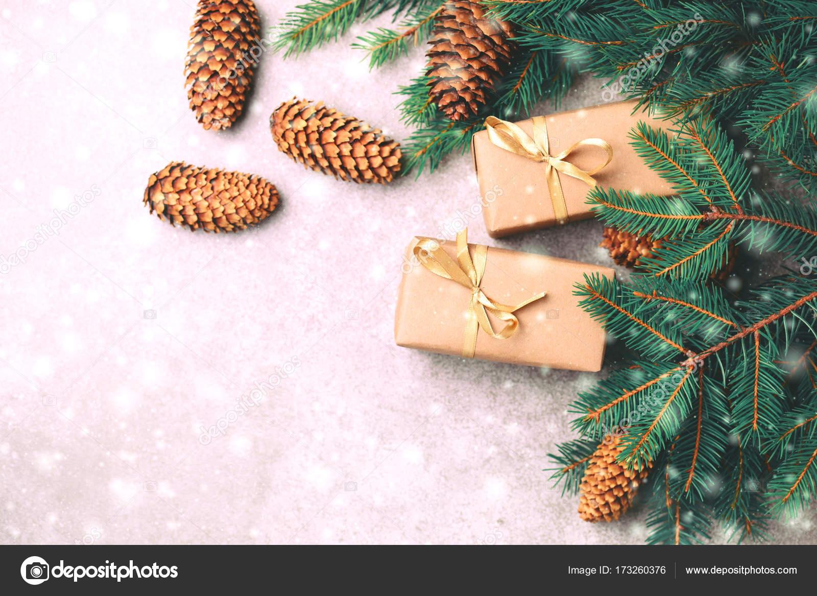 Weihnachten Hintergrund. Handwerk-Geschenk-Boxen und Dekoration ...