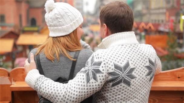 Glücklicher Mann umarmt, lächelnde Frau auf Weihnachten ...