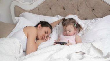m re embrassant sa petite fille alors qu 39 elle dort dans son lit video 94931604. Black Bedroom Furniture Sets. Home Design Ideas