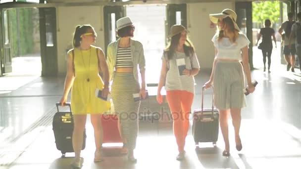92f9e168337b Ομάδα ελκυστική χαριτωμένα κυρίες με έγγραφα