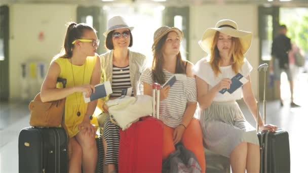 Skupina velmi atraktivní dámy v Holle na letišti kde je tak horké čekání pro jejich letadlo s pasy a letenky v rukou. Cestovní pojmy.