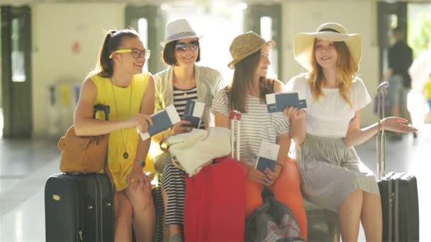 Usměvavé kamarádky jsou velmi rádi, že jít na letní dovolenou společně. Čtyři dívky čekají na jejich letadlo s pasy a letenky v rukou na Holleová letiště.