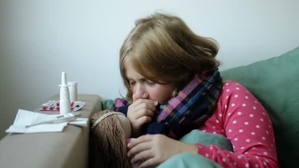 krankes Mädchen mit Nasentropfen in Plastikflasche und Servietten. Behandlung zu Hause. unglückliche Kind mit wirksamen Medikamenten, Spray und laufende Nase Heilmittel. laufende Nase und andere Erkältungssymptome.