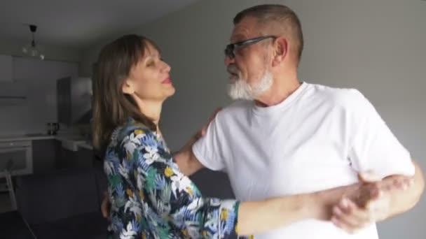 glücklich reifes Paar tanzt zu Hause genießen romantischen Tanz zusammen feiern Beziehung Meilenstein