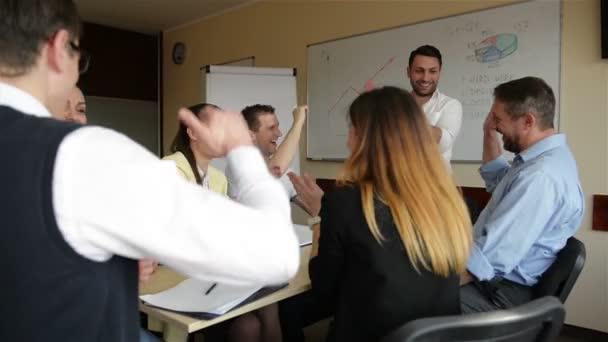 Ein zufriedener Firmenchef, der verschiedene Geschäftsteams motiviert, gibt gemeinsam eine hohe Fünf. Belohnung für gute Ergebnisse gemeinsam feiern. Mitarbeitergruppe mit Trainer-Mentor im Teambuilding