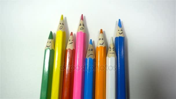 Barevné tužky na bílém pozadí, closeup, Hd
