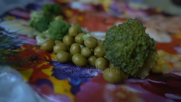Schließen Sie Brokkoli und grünen Erbsen auf dem Teller Hd