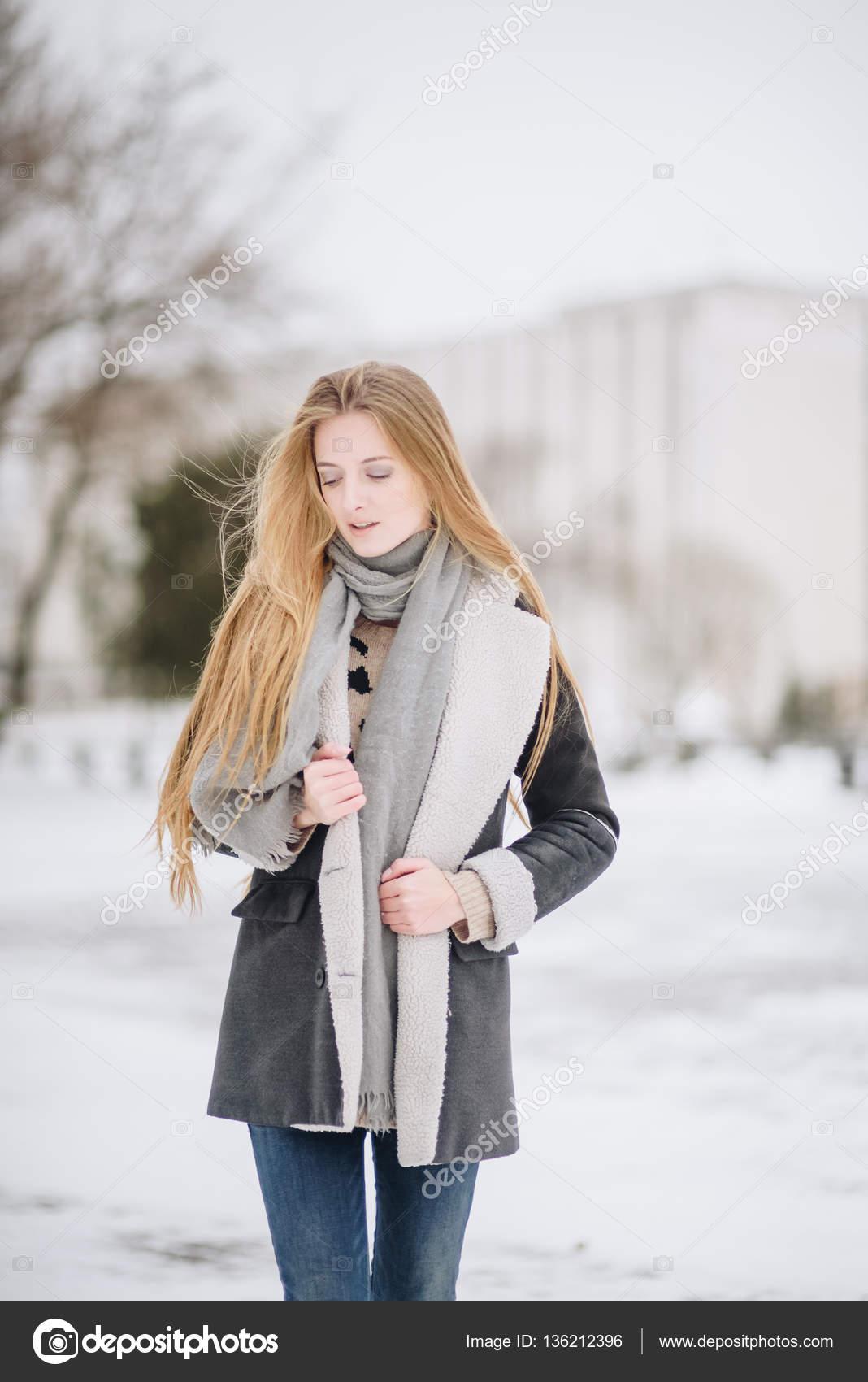1f8c5cf3873 Krásná mladá šťastná usmívající se dívka pózuje na ulici. Model ...