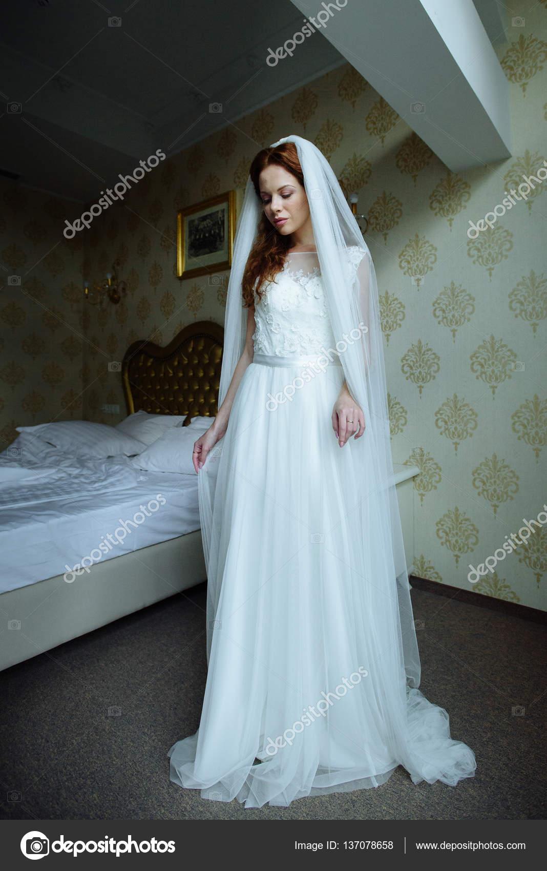 Redhair sexy hermosa dama elegante blanco vestido de novia. Retrato ...