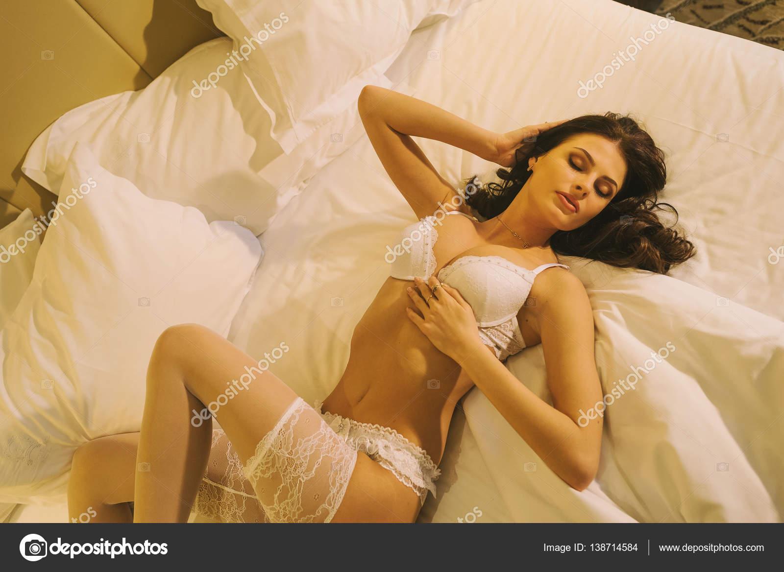 Сексуальная невеста лежит на кровати