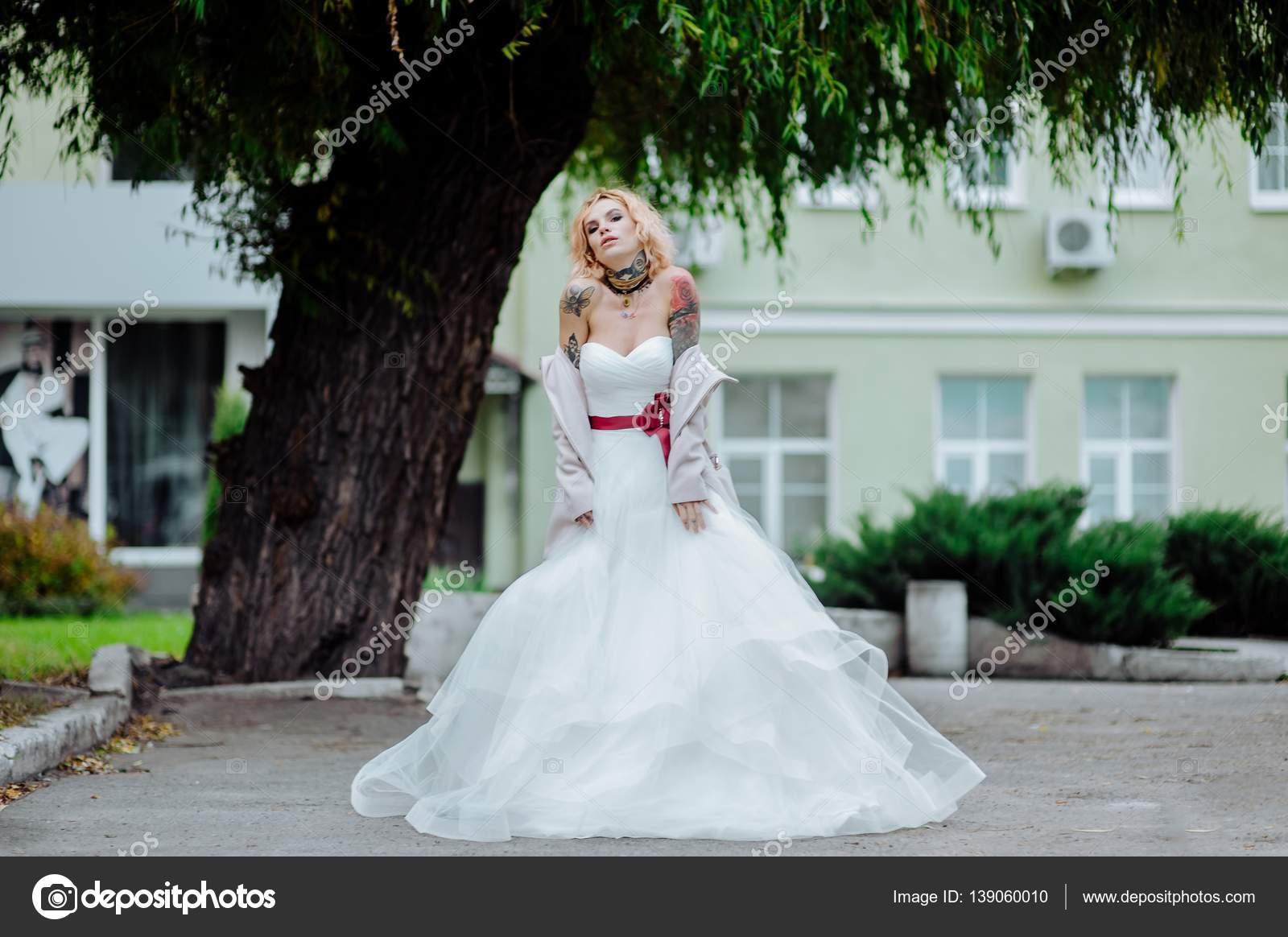 2a7add169f27 Όμορφη νύφη με τατουάζ στο γάμο πρωί — Φωτογραφία Αρχείου ...