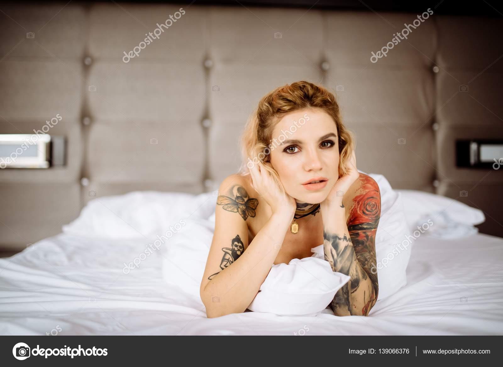 Schöne Braut mit Tattoo am Hochzeitsmorgen — Stockfoto ...