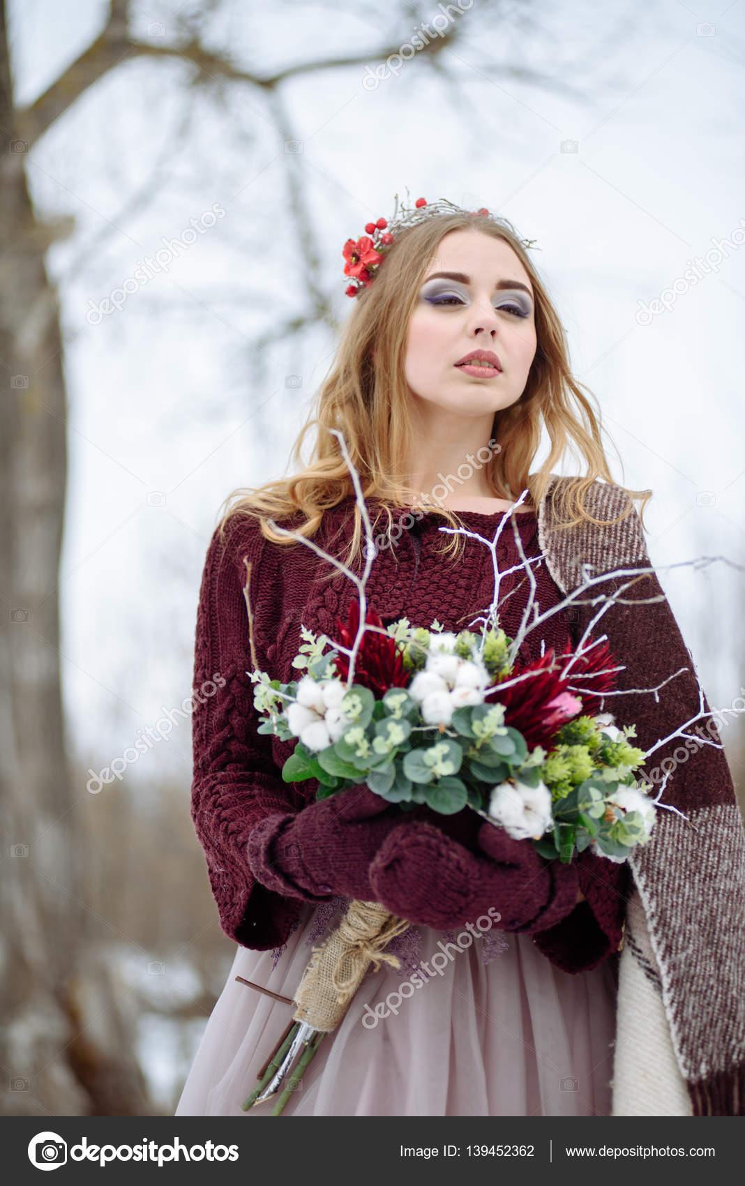 Winter-Braut, Porträt der schönen weißen Pelzmantel und Brautkleid ...