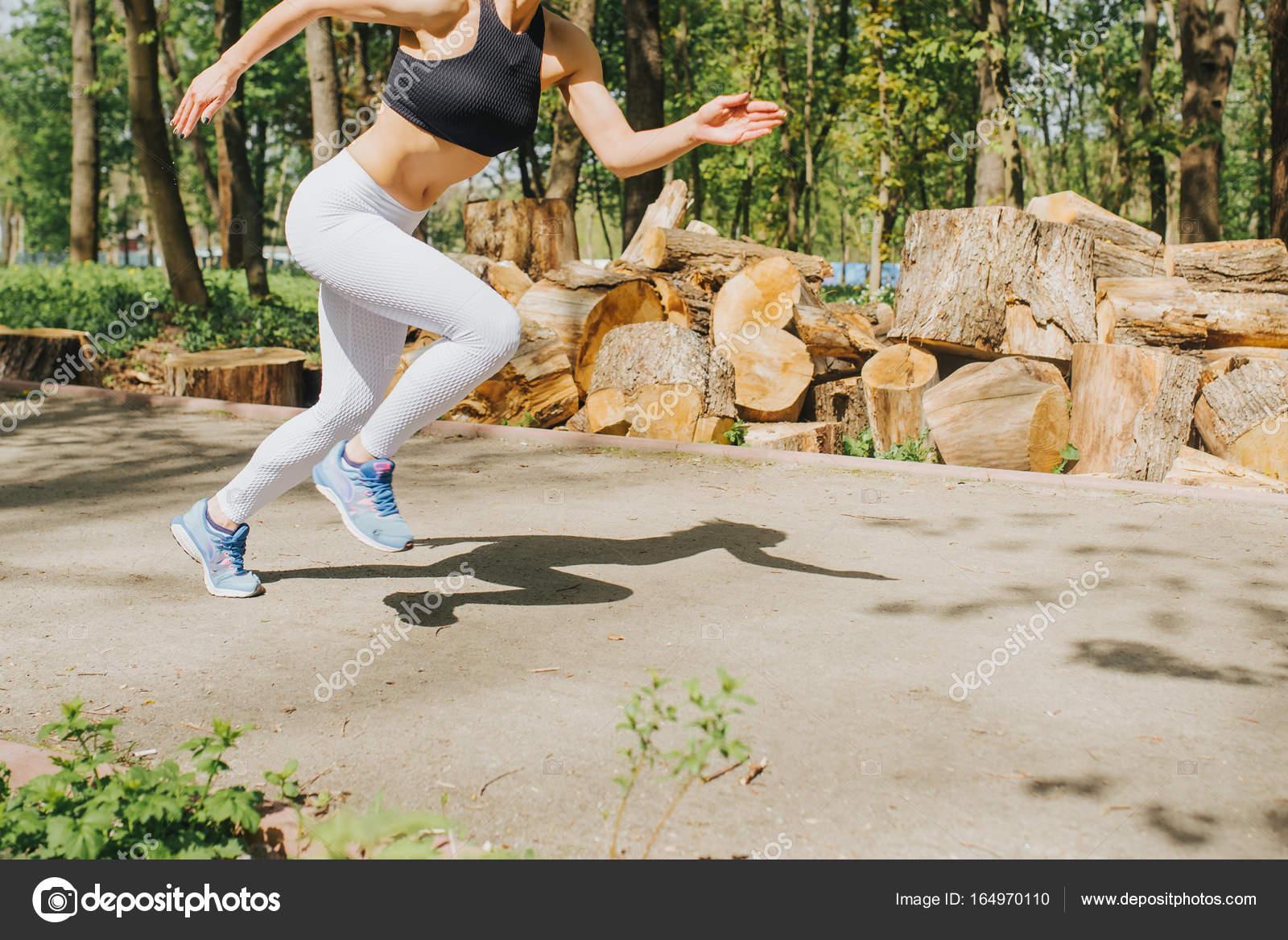 Jeune femme jogging dans le parc. Santé et conditionnement physique. Jeune  coureur féminin heureux en cours d exécution dans le parc de la ville —  Image de ... 2a264799f6c