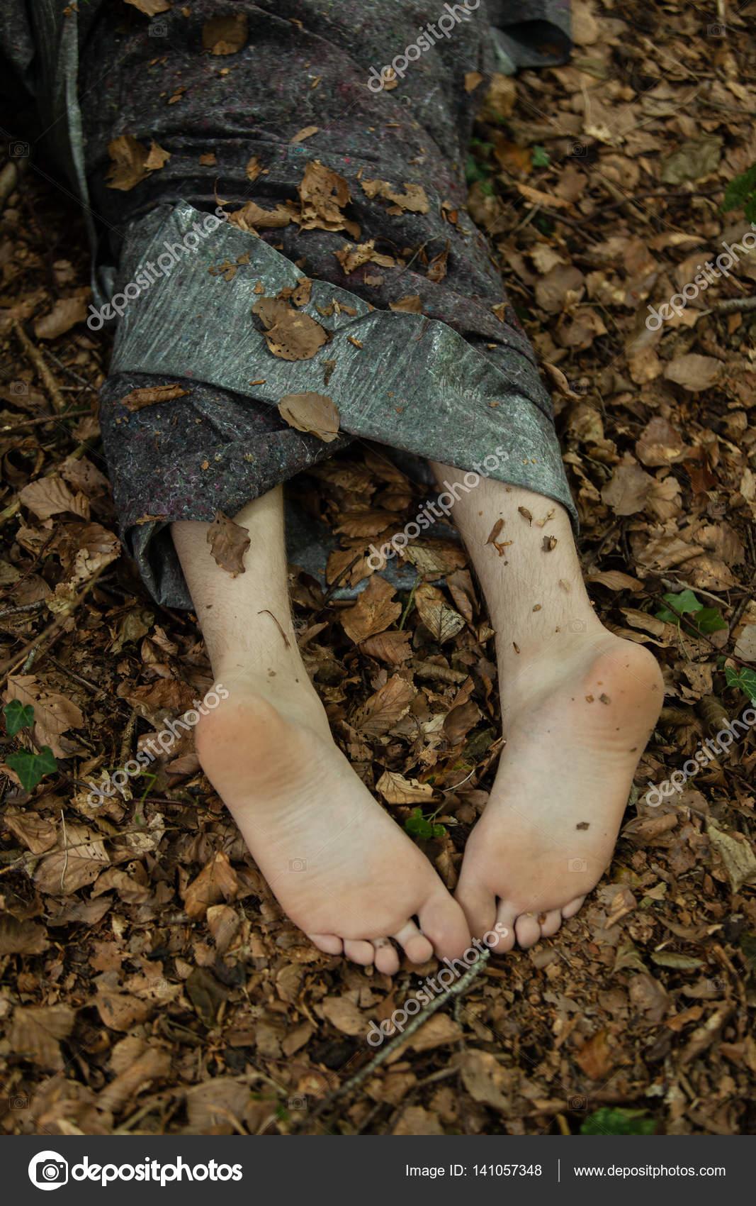 殺人事件の被害者の遺棄死体 — ...