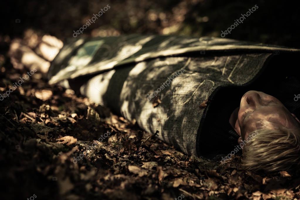Cadáver De Un Adolescente En Un Bosque