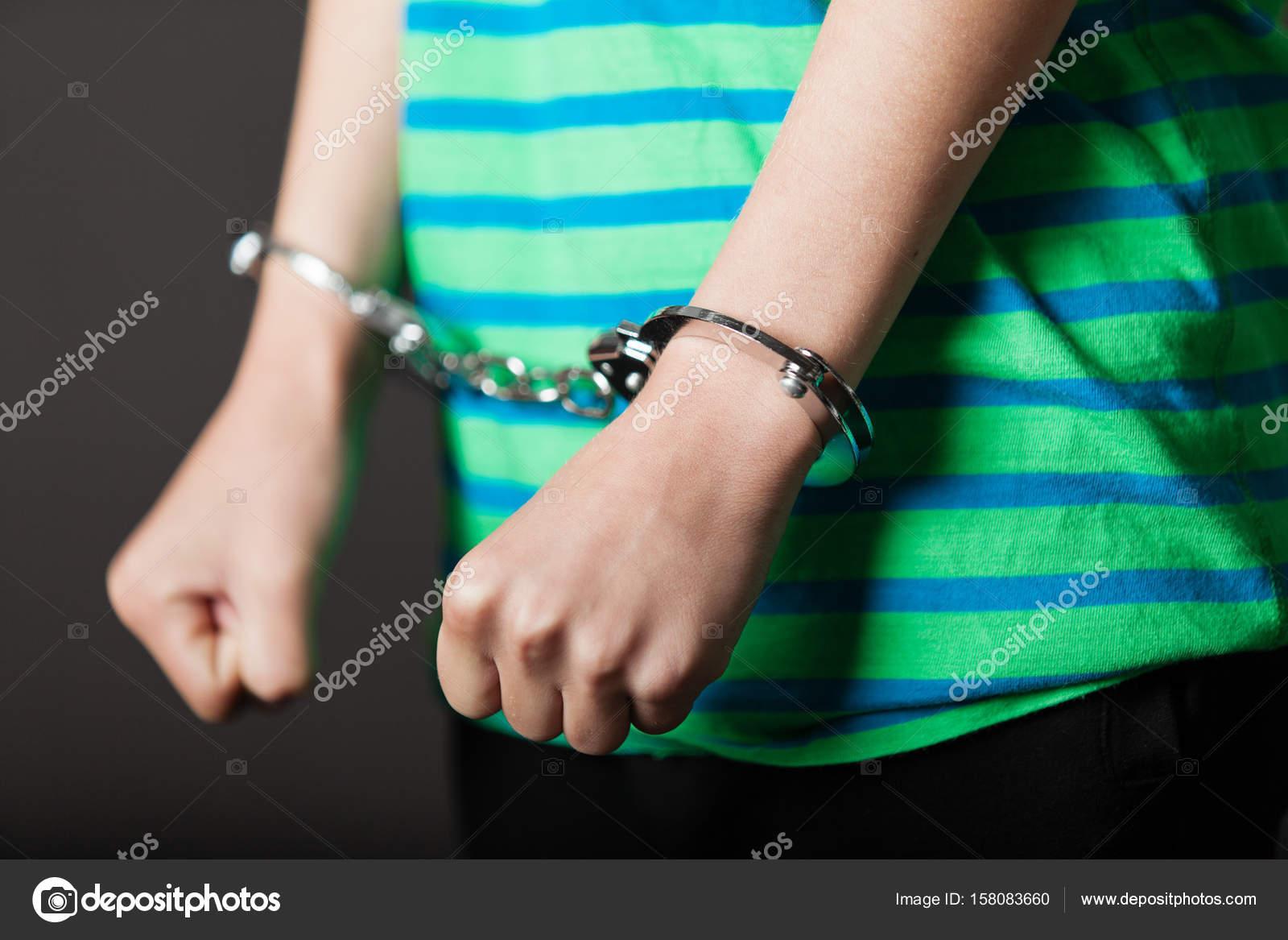 Связанные наручниками