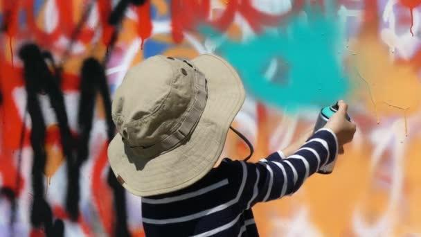 Mladý umělec boy malba stěny