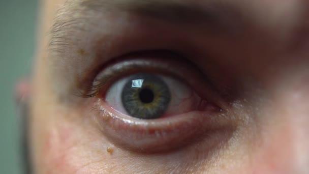 4k makro lidské oko. Divný pohled. Unavené, krvavé oko.