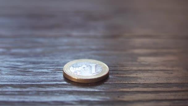 Nahaufnahme eines Geschäftsmannes, der Euromünzen in Säulen steckt, Geldsparen und Sparkonzept