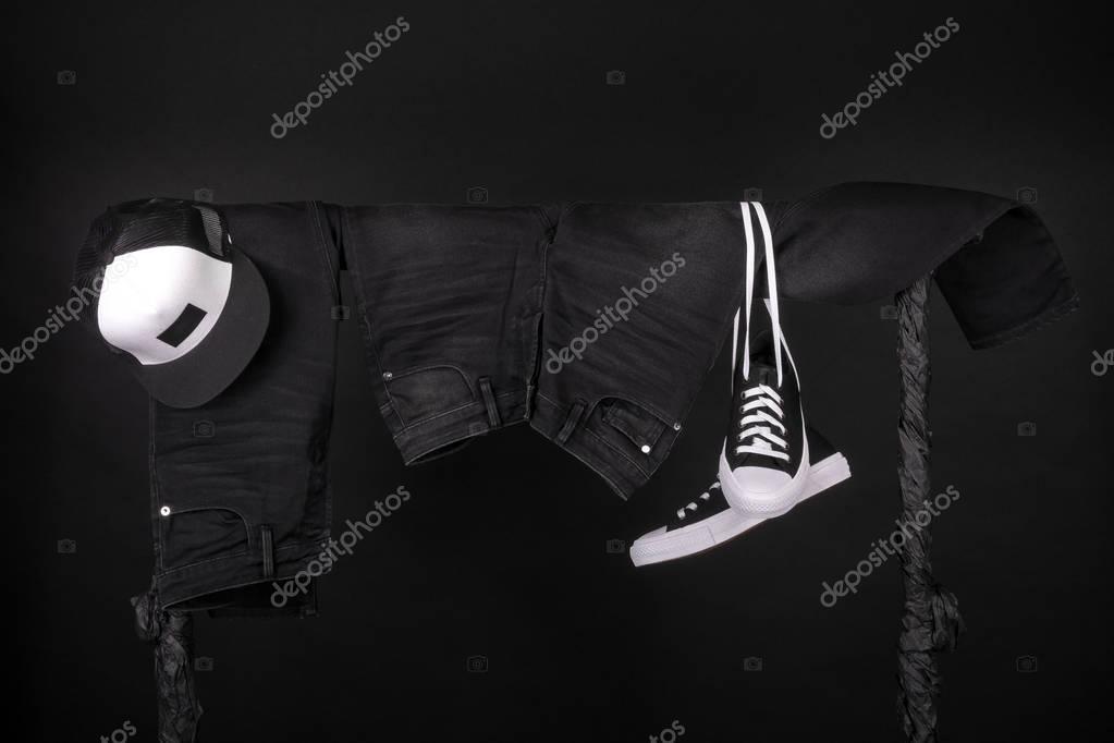 Hängende Kleidung. Schwarz weiß Turnschuhe, GAP Jeans
