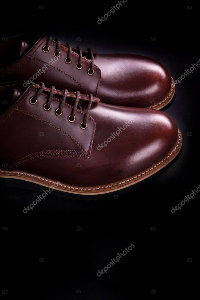 44cd2dba831 Brun oxford skor på svart bakgrund. Bakifrån. Kopiera utrymme ...