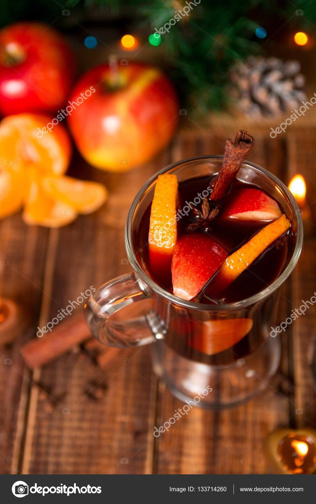Weihnachten Glühwein mit Früchten und Gewürzen auf Holztisch. Xmas ...