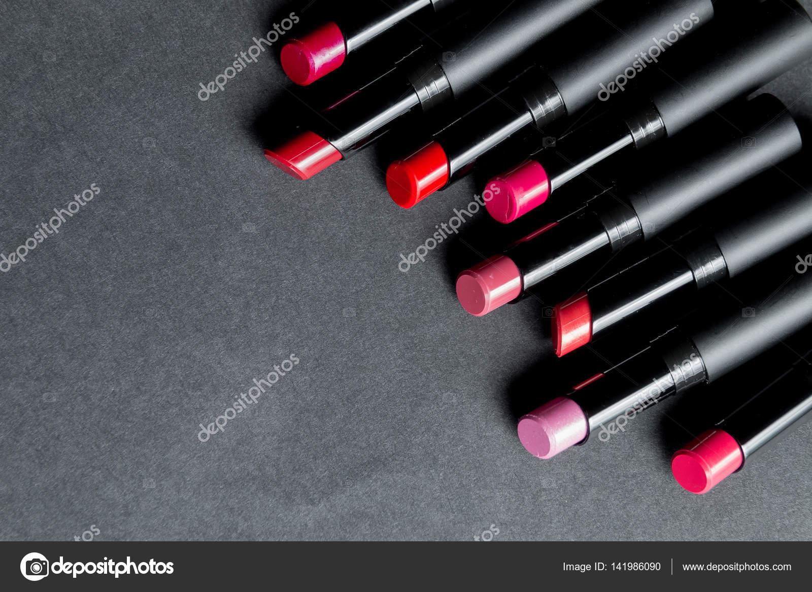Festlegen der Matte Lippenstift in rot und natürlichen Farben auf ...