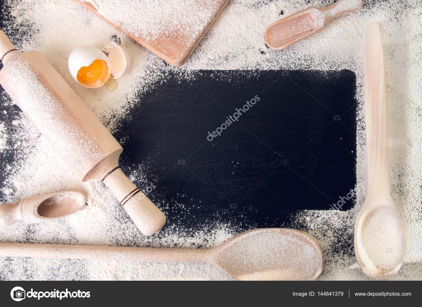 Kopieren Sie Raum um Utensilien, Mehl und Ei auf schwarzem ...