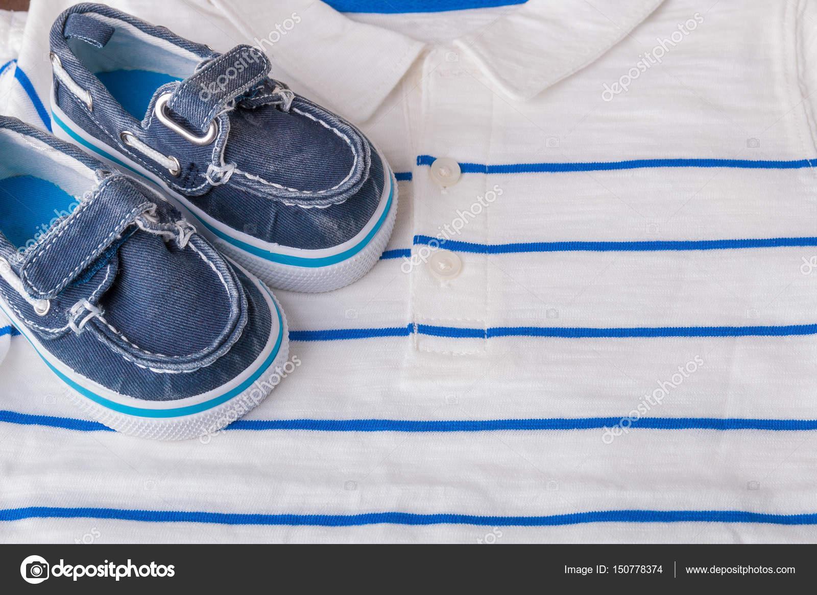 A Barca Blu Su Sfondo Righe Da Scarpe Del Bianco PoloVestito XikOPTZu