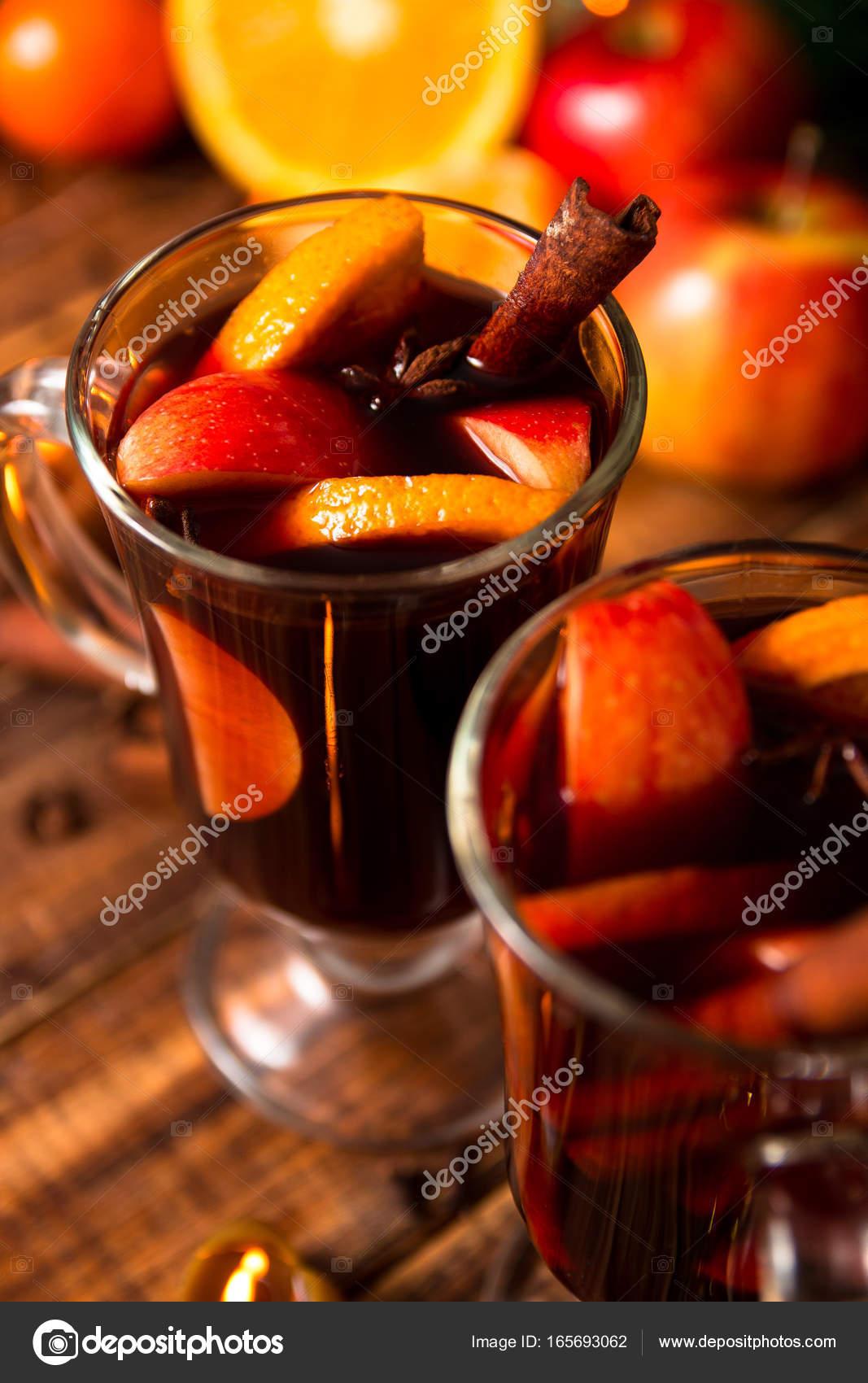 Nahaufnahme von Weihnachten Glühwein Wein mit Obst, Kerzen und ...