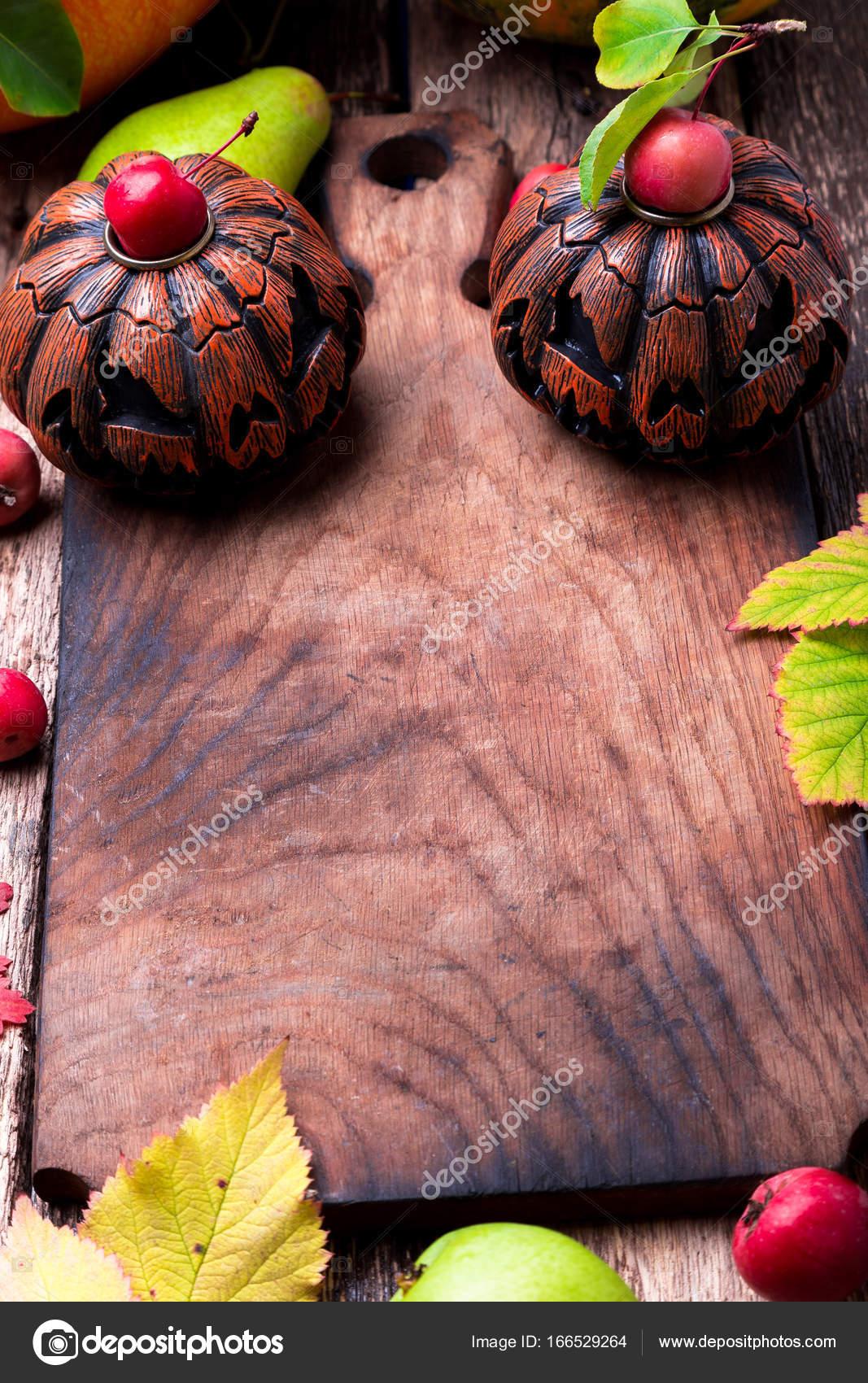 jack-o-lanterne autour de planche à découper vide sur fond en bois