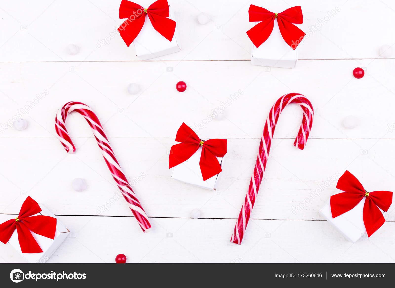 Weihnachtsgeschenke, weiße Kästchen mit roter Schleife und Bonbons ...