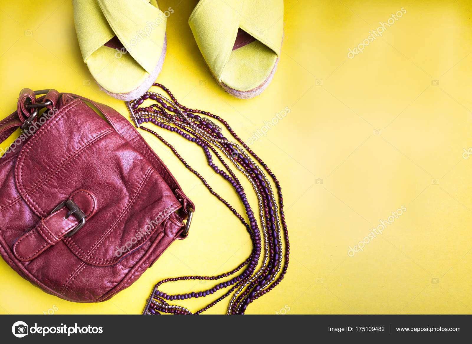 507d1bdbf Conjunto de acessórios de coisas da mulher para a temporada de verão. Bolsa  marrom amarelo plataforma sandálias, colar.