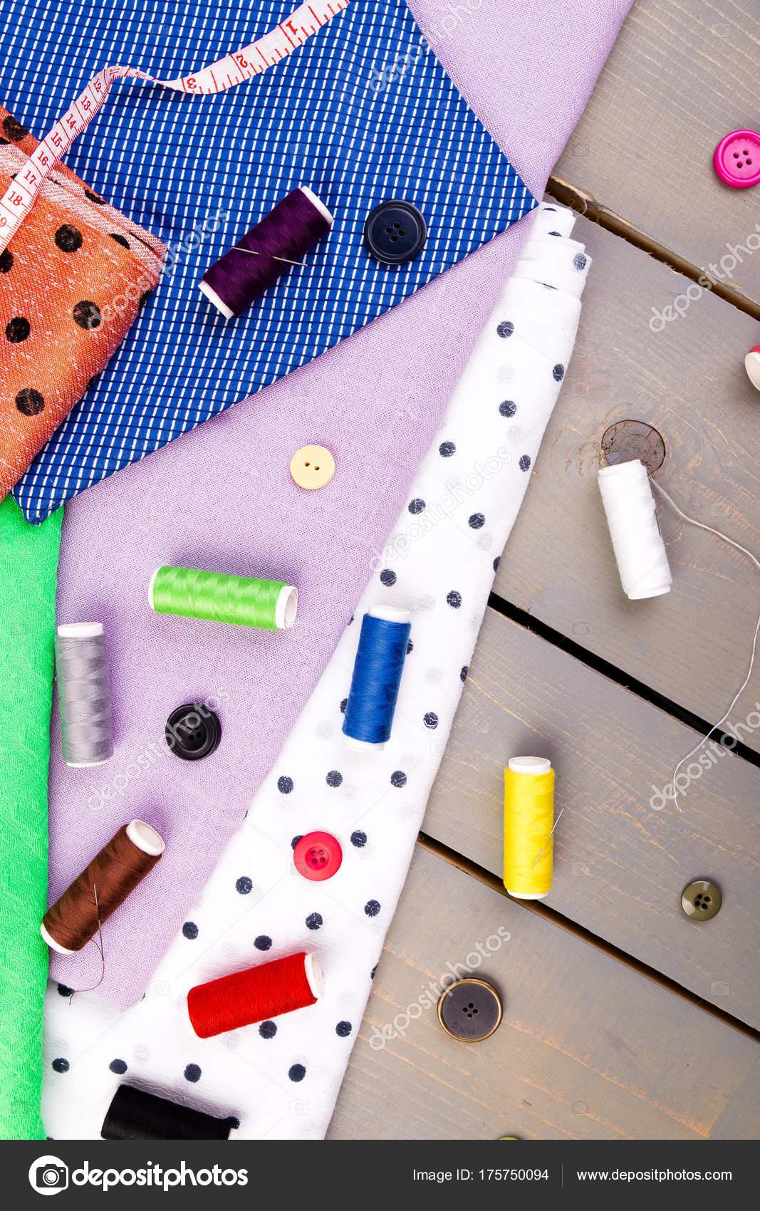685925883421 Στοιχεία για ράψιμο ρούχων. Ράψιμο κουμπιά, πηνία των νημάτων και  υφασμάτων. Το Top