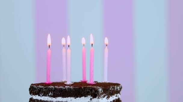 Születésnapi torta égő gyertyák színe rózsaszín háttér