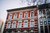 Gyönyörű lakóházak és színes lakóépületek sora