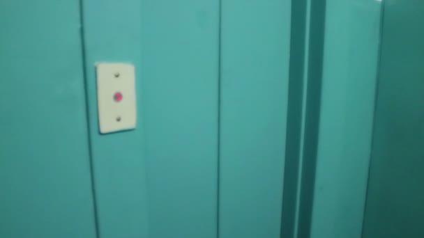 otevírání a zavírání zelené dveře výtahu